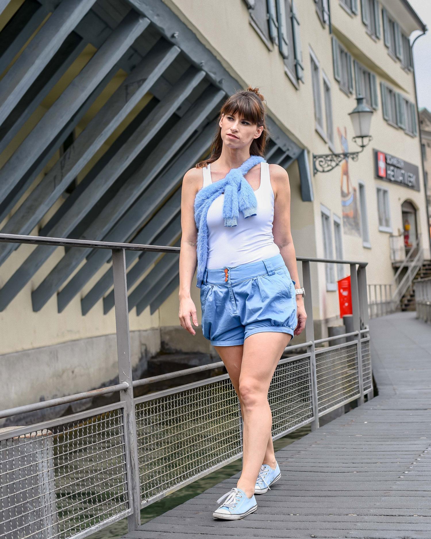 Stadt Zürich: Chino-short von Coje, Top von Zara, Pullover von Guess, Sneakers von Converse all Star