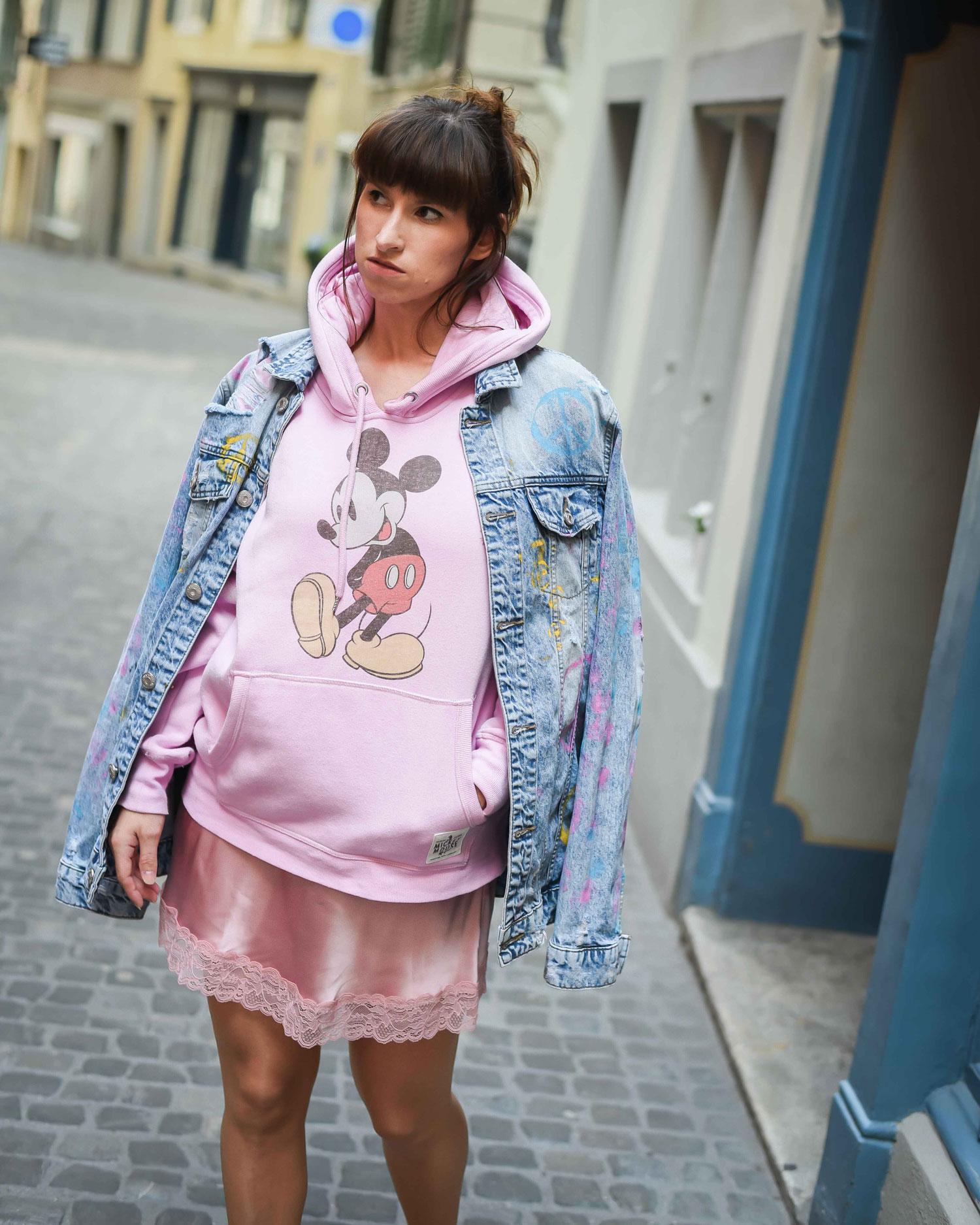 Fashion Week: Slipdress von Intimissimi, Hoodie von HM, Jeansjacke, Tasche von Karl Lagerfeld, Herzensonnenbrille von H&M, Pumps von Faith