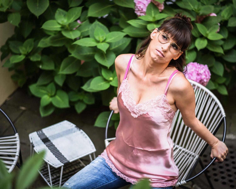 Beauty: Kleid von Intimissimi, Enganliegende Jeans von Jeans Staff & Co, Pumps von Faith