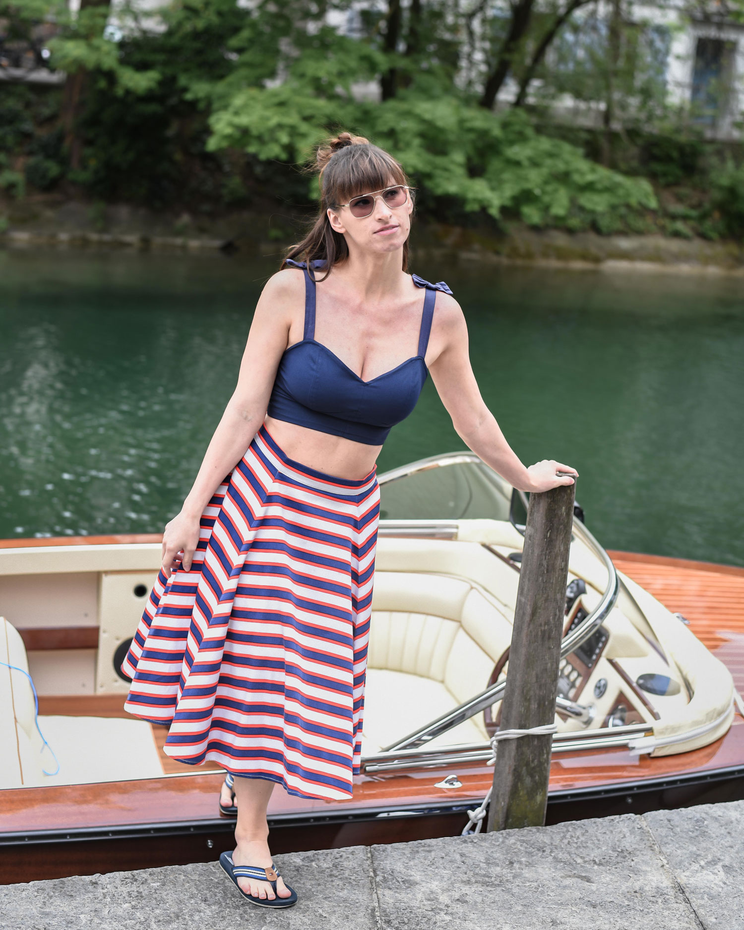 Crop Top von Collectif London, Rock von Collectif London, Flip-Flops von Tommy Hilfiger