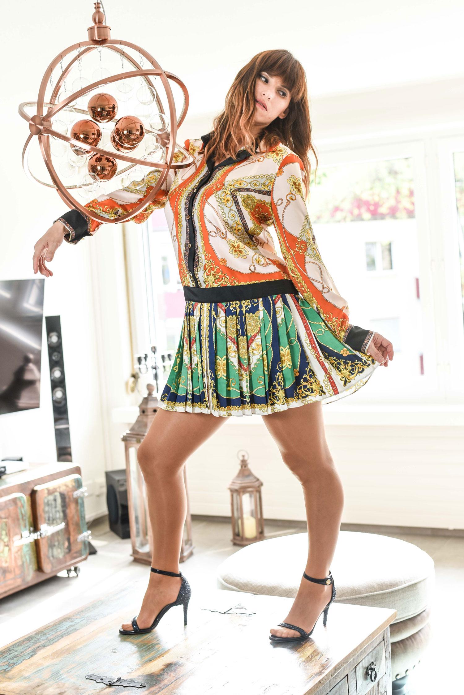 scarf-print Kleid von Zara, Schuhe von Chiara Ferragni, Tasche von Karl Lagerfeld