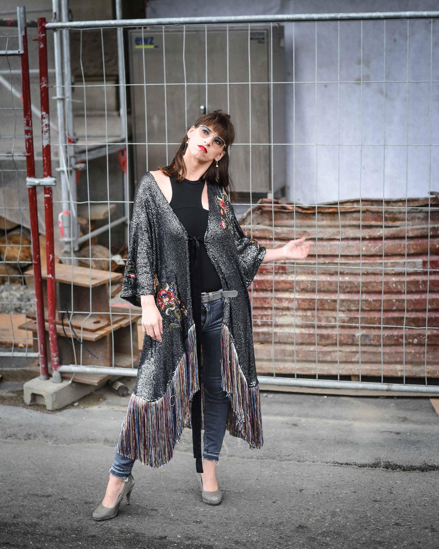 Kimono mit Franzen von Zara, Cropped Jeans von Hugo Boss, Pumps von Tamaris