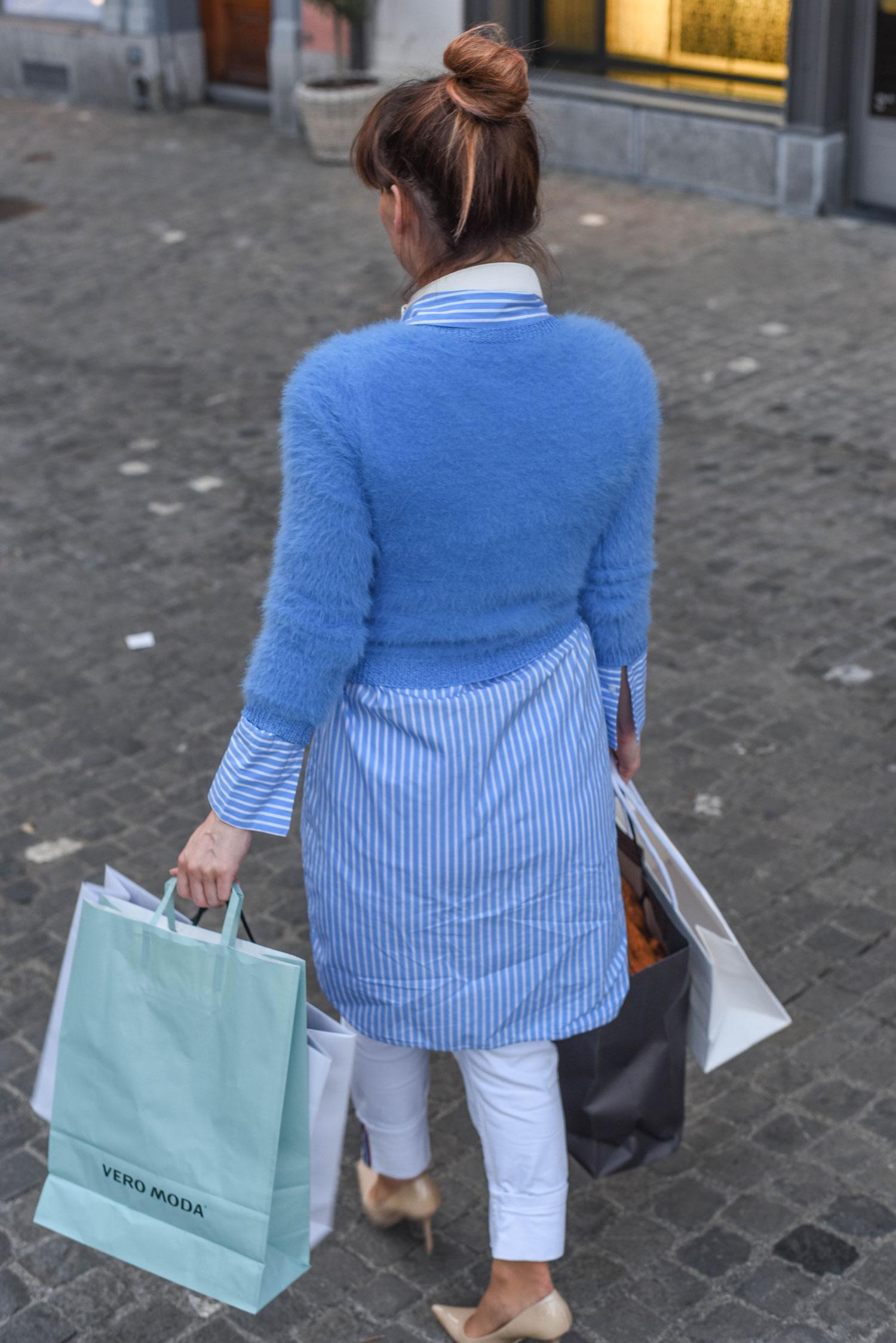 online: Weisse Jeans von Zara, Longbluse von Hallhuber, blauer Pullover von Guess
