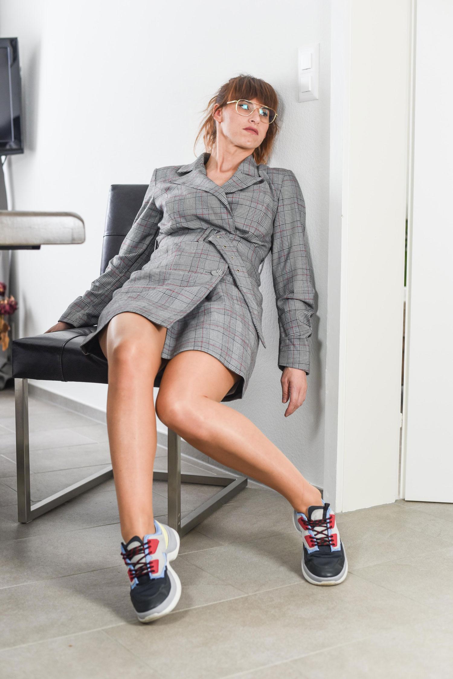 Blazer-Kleid von Guess, Chunky Sneakers von Zara