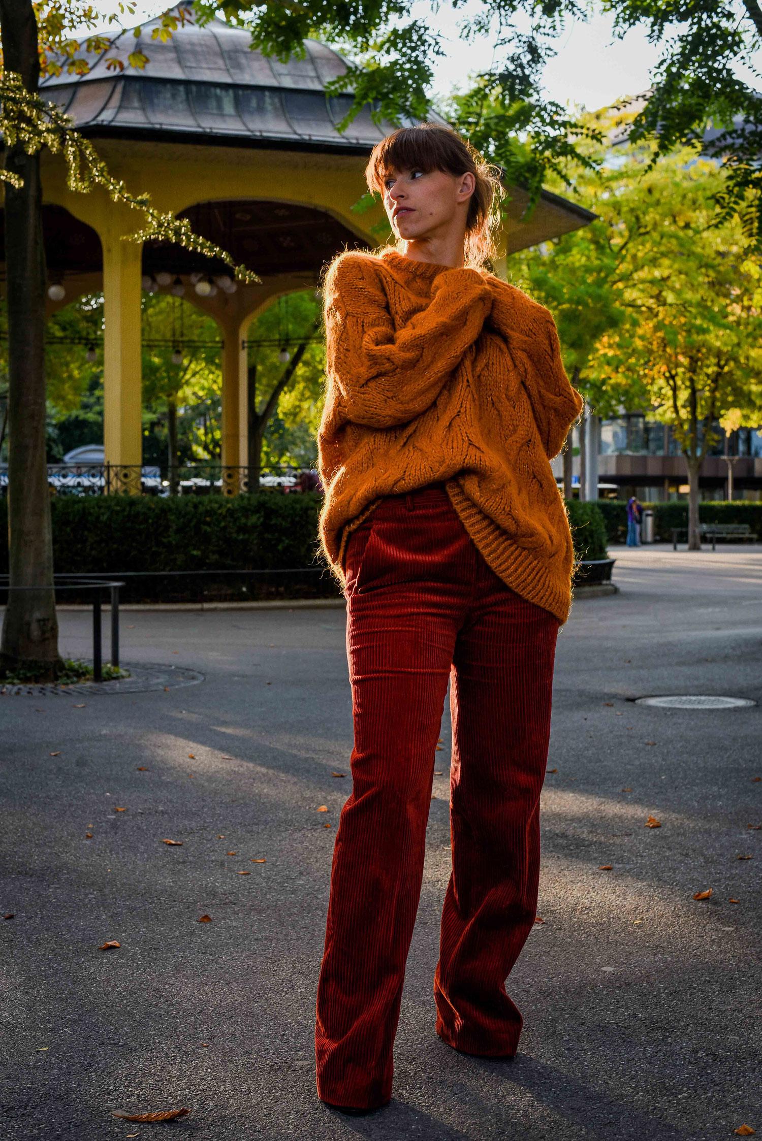 Cord Hose von Zara, Pulover von Zara, Mantel von Peek&Cloppenburg