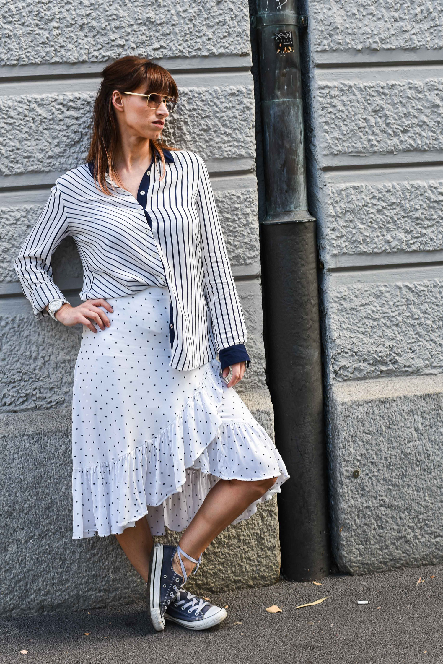 Polka Dots: Rock von HM, Bluse von Tommy Hilfiger, Sneakers von Convers, Tasche von Zara