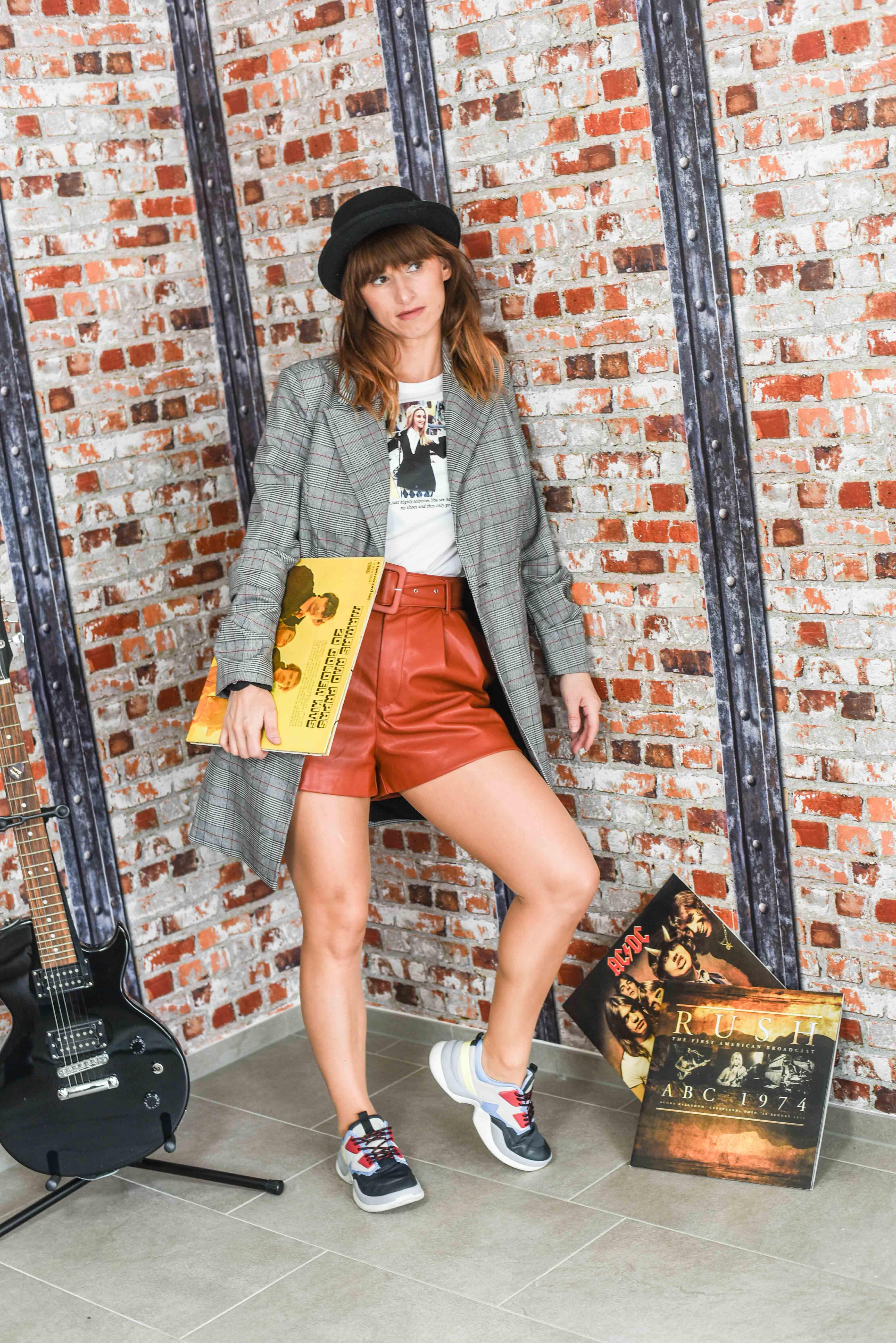 Ledershorts von Zara, T-Shirt von Zara, Oversize-Bläzer von Guess, Longblazer von Guess, Chunky Sneakers