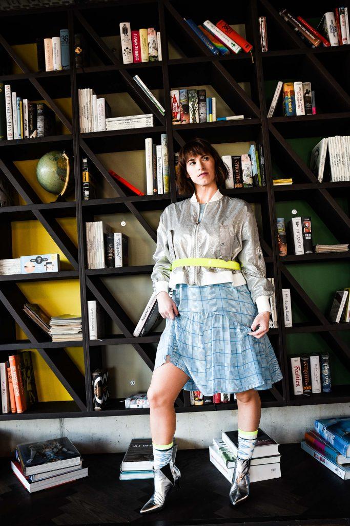Kleid von Modissa, silberne Blossomjacke von Modissa, Ankle Boots von Modissa, Neongelber Gürtel von Modissa