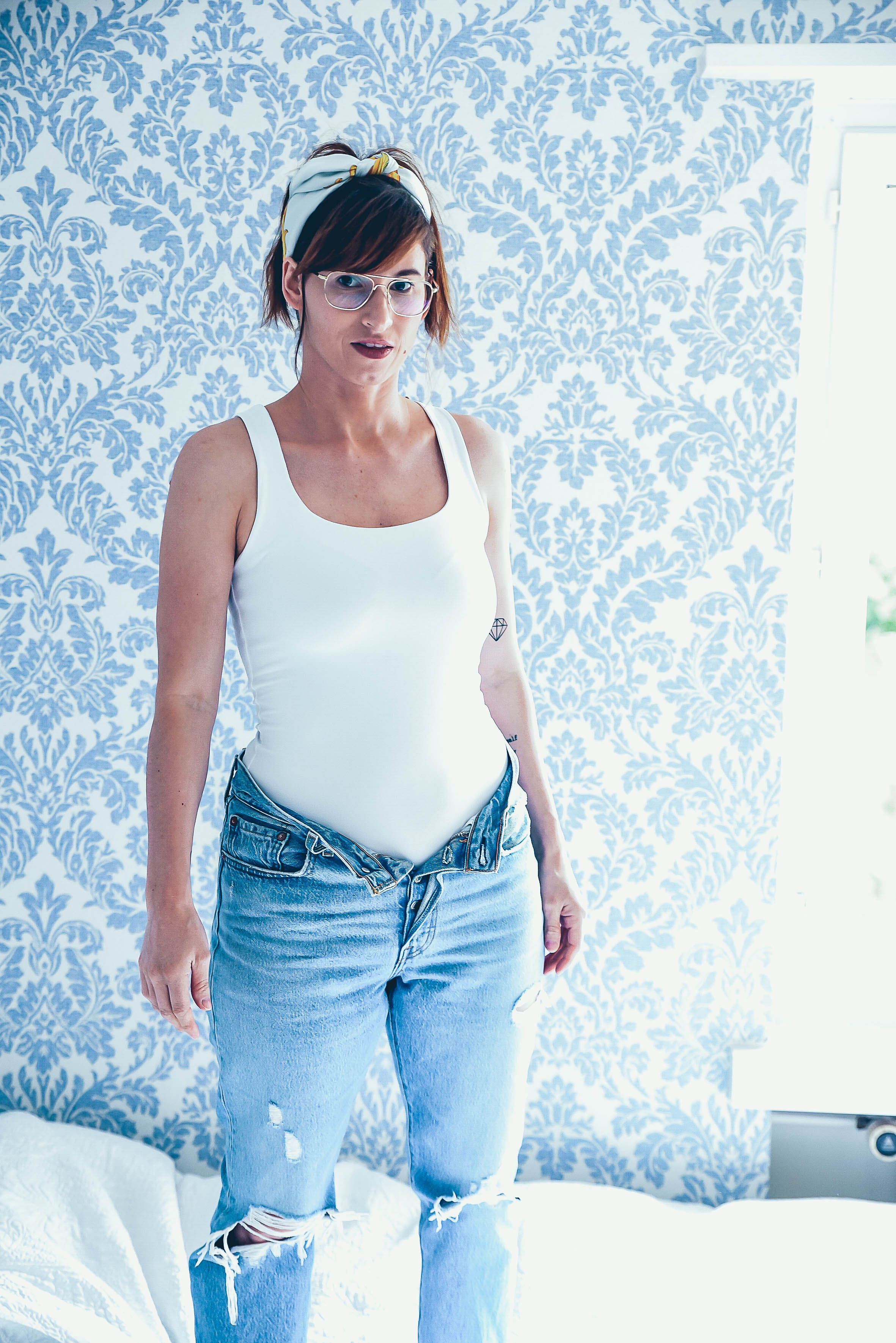 Putzen: Hight-Waist Jeans von Levis, weisses Top von Zara