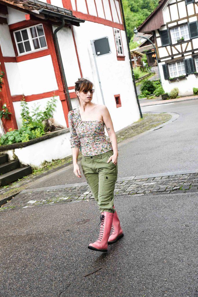 Cargohose von Zara, asymetrisches Top mit Blumenprint von Zara, Gummistiefel von