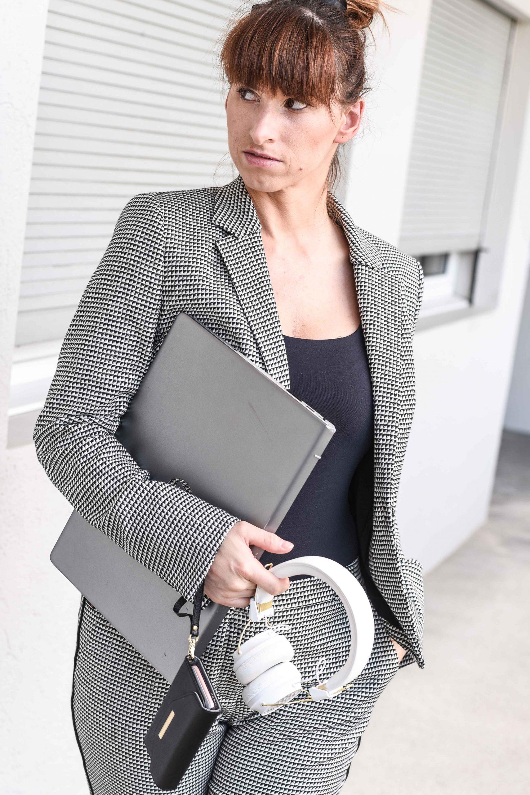 Routine: Anzug von Hugo Boss, Top von Zara, Kopfhörer von Sudio